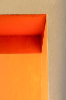 Róg pomarańczowej ściany niski widok