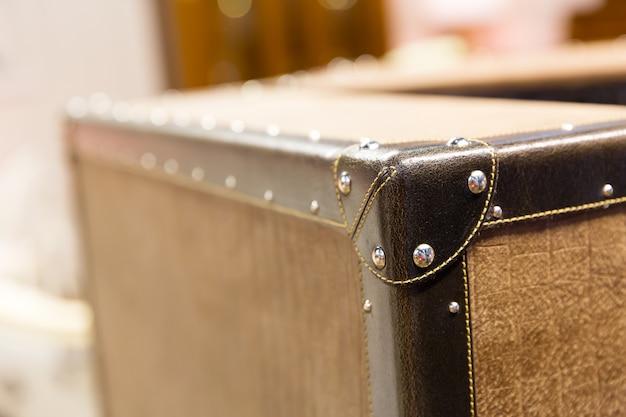Róg zniszczonej i postrzępionej walizki vintage