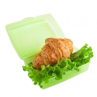 Rogalik i zielona sałatka