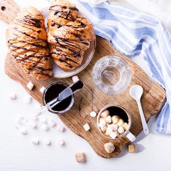 Rogalik z czekoladowym espresso i szklanką marshmallow