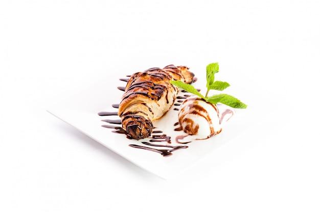 Rogalik z gałką lodowego syropu czekoladowego