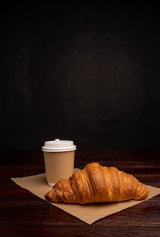 Rogalik z kawą do papierowego kubka, śniadanie na wynos