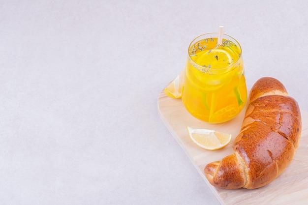 Rogalik ze szklanką lemoniady