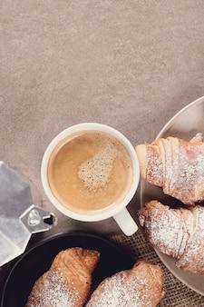 Rogaliki z filiżanką kawy
