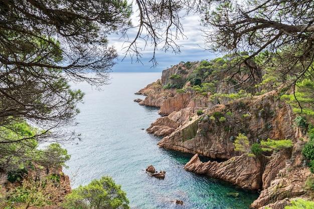 Rogi wybrzeża costa brava w hiszpanii.