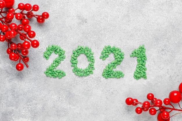 Rok 2021 wykonany z zielonych słodyczy. koncepcja obchodów nowego roku.
