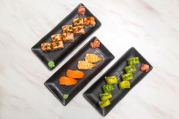 Rolada sushi widziana z góry, łosoś i awokado