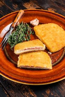 Rolada z kurczaka cordon bleu z szynką i serem.