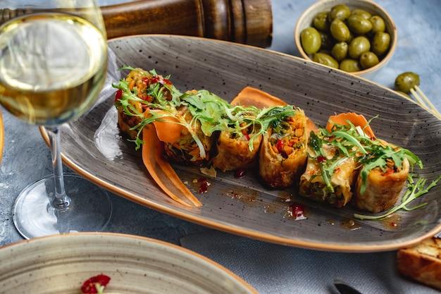 Rolada z warzyw odciski rukoli marchewki papryka widok z boku