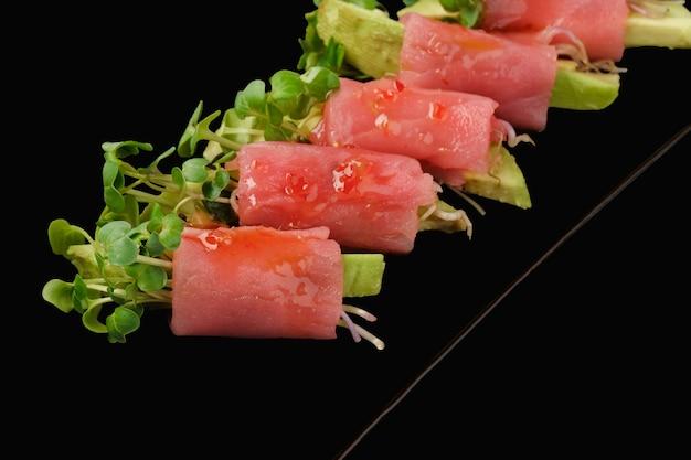 Rolada ze świeżym tuńczykiem, awokado, mikrogranulką