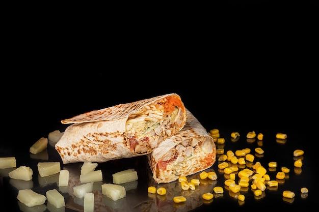 Roladka z kurczaka z warzywami. świeża kapusta, ogórki, marchew i zioła. shawarma.