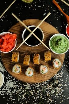 Roladka z łososia z ryżem, sosem sojowym, sezamem, imbirem i wasabi