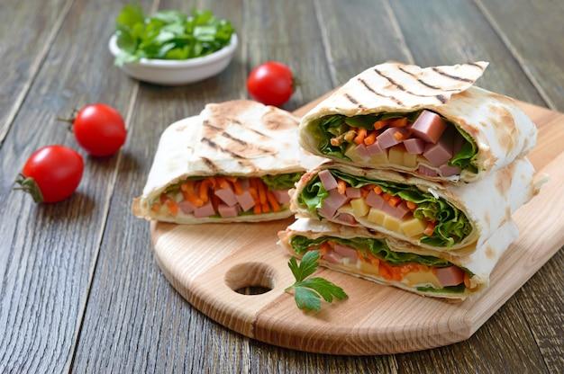 Roladki lawaszowe z warzywami, szynką i serem