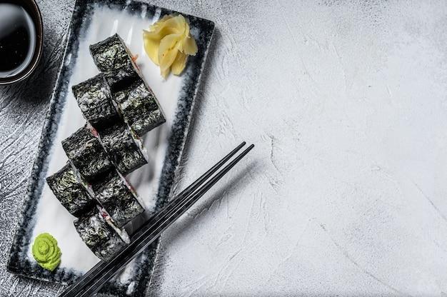 Roladki maki sushi z łososiem i tuńczykiem.