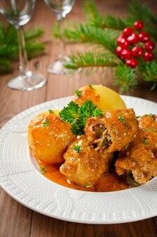 Roladki mięsne nadziewane wędzonym boczkiem i ogórkiem kiszonym duszone w sosie własnym