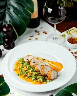 Roladki mięsne z ziołami i sosem i kieliszek wina