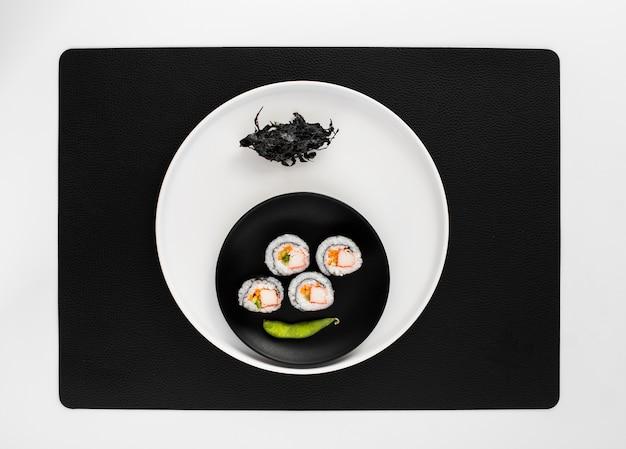 Roladki sushi maki płasko ułożone z fasolą edamame