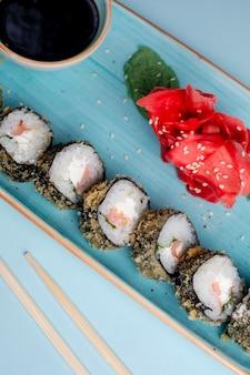 Roladki sushi oblane sezamem i sosem bocznym