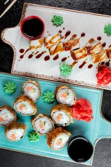 Roladki sushi podawane z imbirem wasabi i sosem sojowym