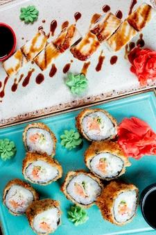 Roladki sushi podawane z imbirowym wasabi i sosem sojowym