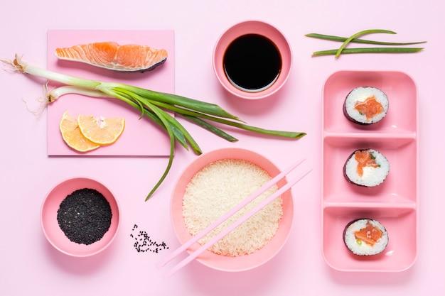 Roladki sushi podawane z sosem sojowym