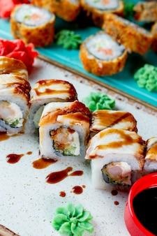 Roladki sushi podawane z wasabi i sosem sojowym