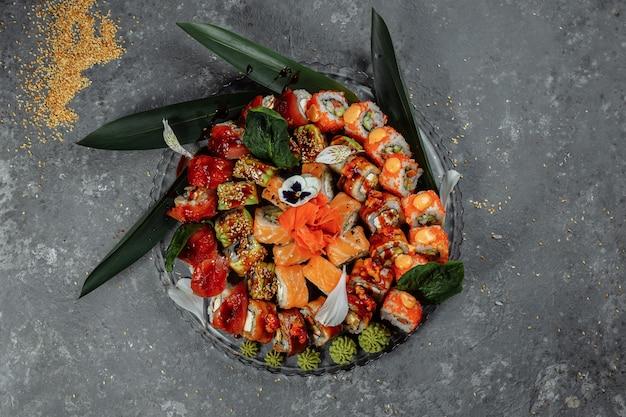 Roladki sushi ustawione na kryształowej tacy