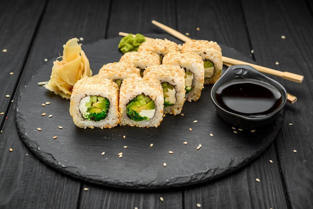 Roladki sushi w sezamie z awokado i twarogiem
