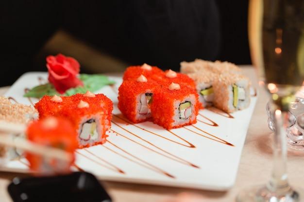Roladki sushi z imbirem i wasabi