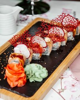 Roladki sushi z kawałkami rzodkiewki