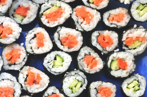 Roladki sushi z łososiem i ogórkiem