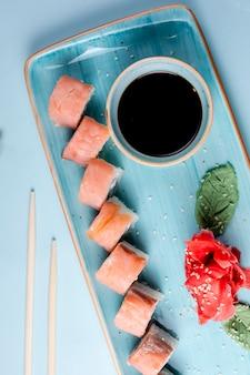 Roladki sushi z łososiem w klasycznym zestawie