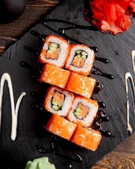 Roladki sushi z ogórkiem podawane z wasabi i imbirem