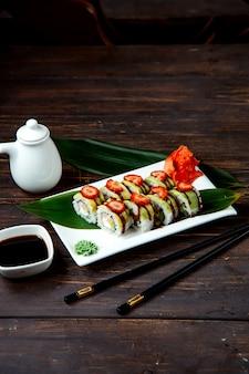 Roladki sushi z plastrami truskawki na wierzchu