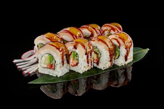 Roladki sushi z serkiem śmietankowym z rybą maślaną ogórkiem tobiko