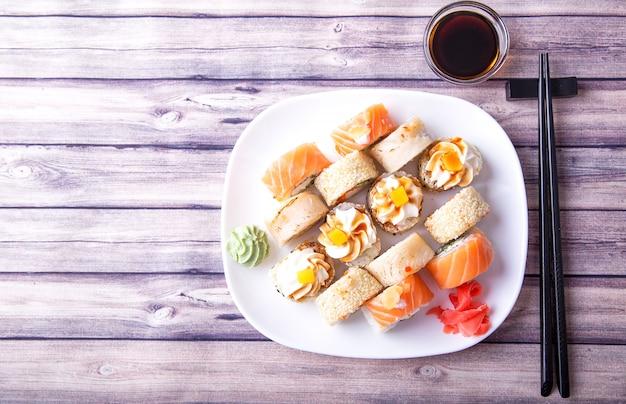 Roladki sushi z soją i pałeczkami