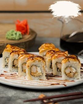 Roladki sushi z sosem sojowym i farszami.
