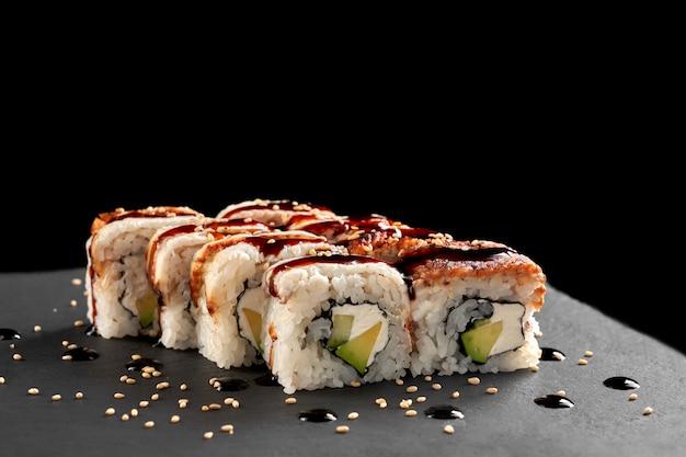 Roladki sushi z wędzonym węgorzem, awokado, twarogiem.