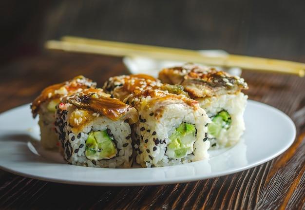 Roladki sushi z węgorzem, serem i awokado