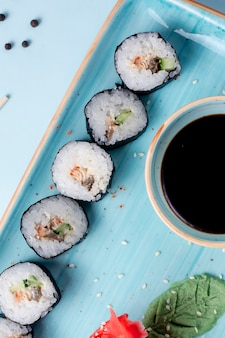 Roladki sushi ze specjalnym sosem