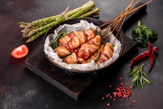 Roladki z boczkiem i mielonym kurczakiem na gulaszu ze świeżymi szparagami i przyprawami