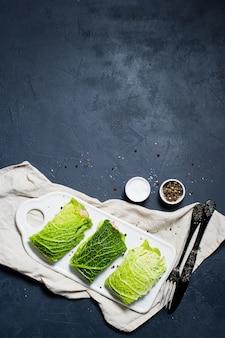 Roladki z kapusty nadziewane mięsem i warzywami.