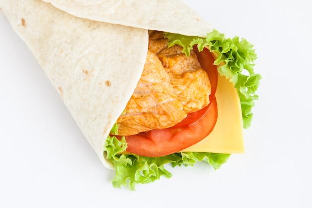 Roladki z lavash z kurczakiem, serem i warzywami