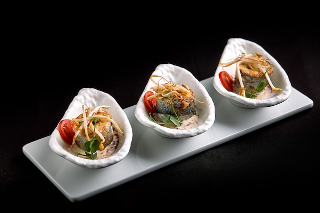 Roladki z okonia morskiego nadziewane warzywami i sosem grzybowym