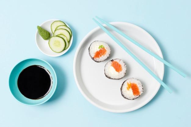 Roladki z surowej ryby z sosem sojowym