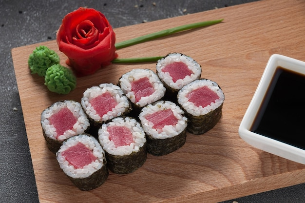 Roladki z tuńczyka w wodorostach nori z sosem sojowym