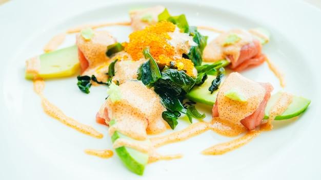 Roladki z tuńczyka z sałatką z awokado