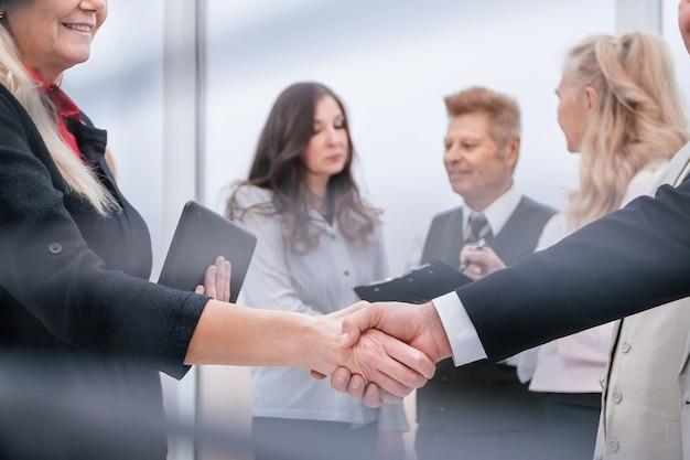 Rolety przelotowe. ludzi biznesu stojących w holu urzędu przed seminarium. koncepcja współpracy