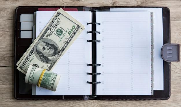 Rolka banknotów na notebooku