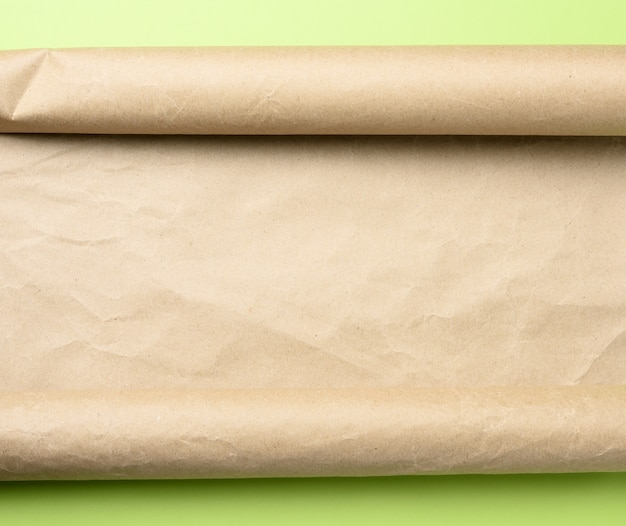 Rolka brązowego pergaminu na zielono